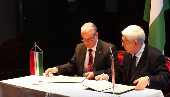 Dr. Dávid Ferenc a VOSZ főtitkára és Barát Tamás az AmHunCham NY elnöke aláírják az együttműködési megállapodást.