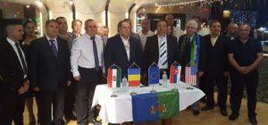 A szentendrei Nemzetközi Roma Találkozó résztvevői és vendégei a szándéknyilatkozat aláírását követően.