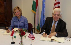 Az amerikai magyar gazdasági kapcsolatok fejlesztése, a magyar cégek amerikai piaci jelenléte növelése érdekében a mai napon New Yorkban a Főkonzulátuson együttműködési megállapodást írt alá a Magyar Nemzeti Kereskedőház (MNKH) Zrt és az American Hungarian Chamber of Commerce of New York (AmHunCham NY). Oláh Zsanett az MNHK vezérigazgatója, Barát Tamás az AmHunCham NY elnöke