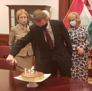 Pásztor István Főkonzul meggyujja a szletésnapi torta gyertyáit