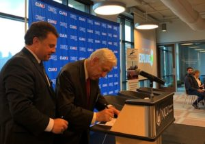 A.Russo és Barát Tamás aláirják az együttműködési szerződést